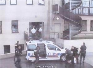 Cinq secondes plus tard, les policiers emmènent Ali Ziri.
