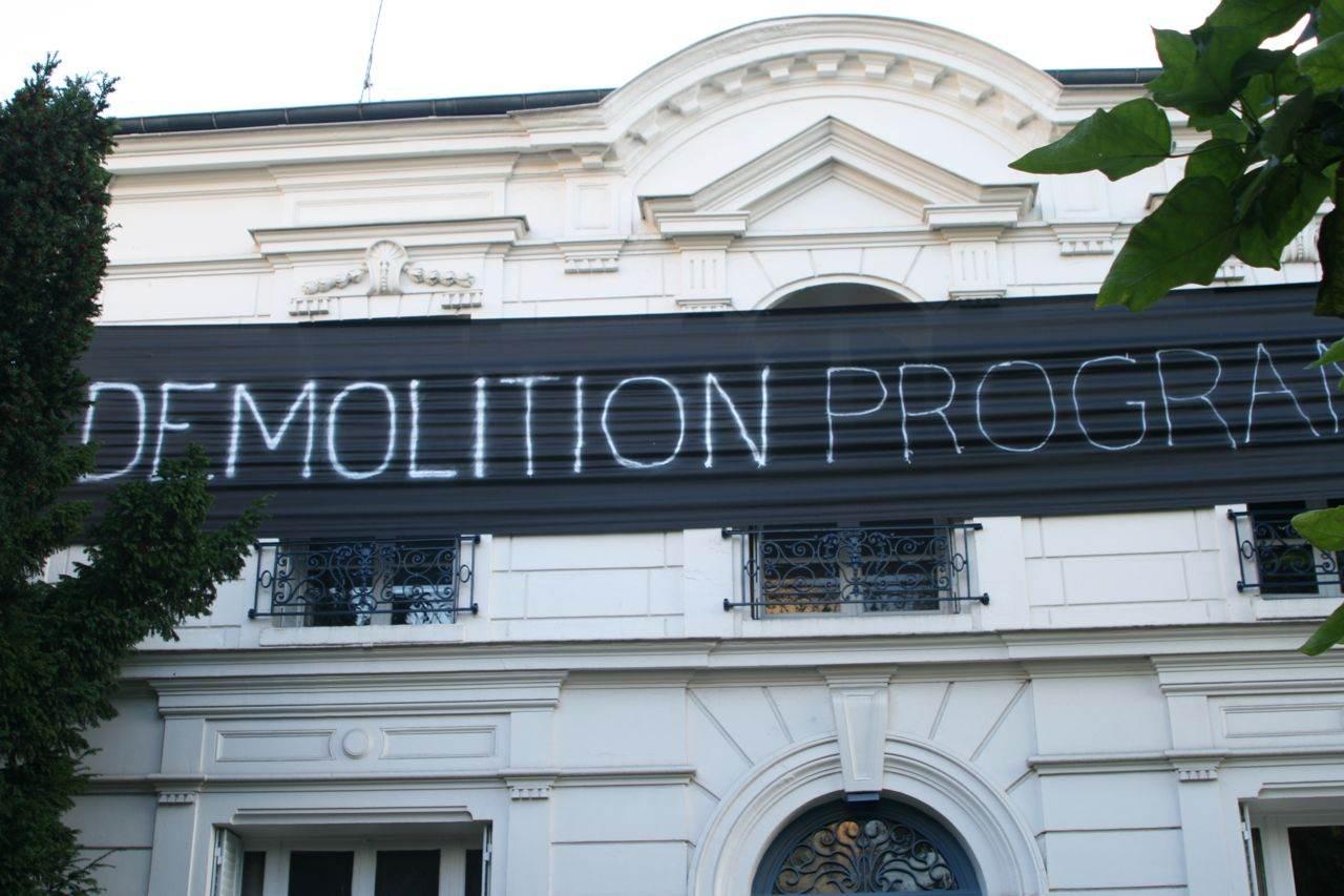 banderole noire suspendue à la façade d'un pavillon :