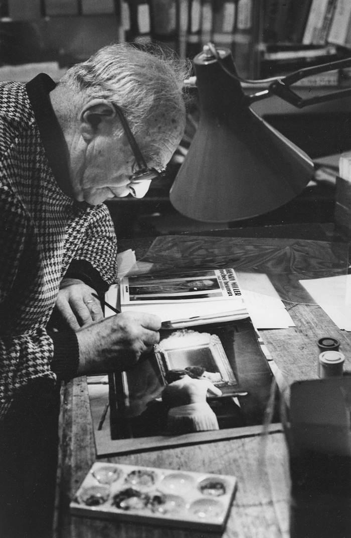 Brassaï retouchant une de ses photos, le 24 décembre 1978