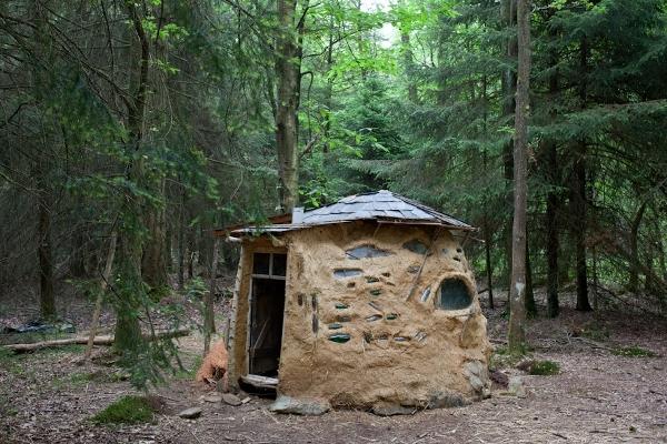 Maison en argile de la Forêt de Rohanne.