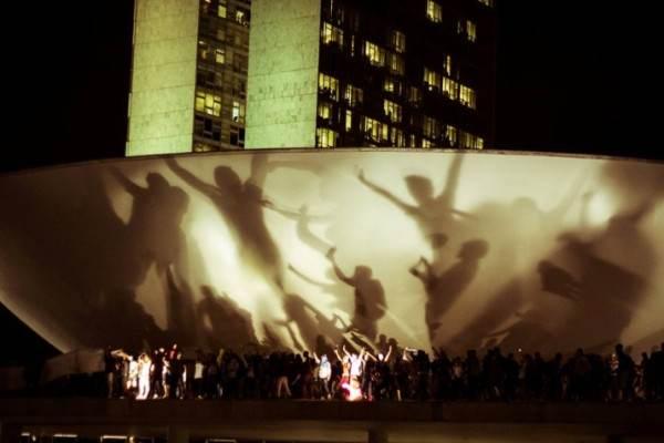 Le toit du congrès national brésilien envahi par des activites le 17/06