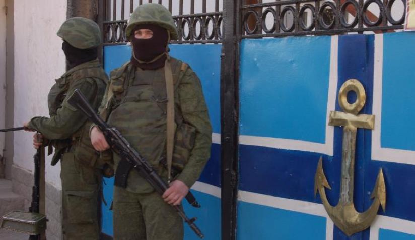 Une caserne ukrainienne bloquée par des soldats sans insigne.