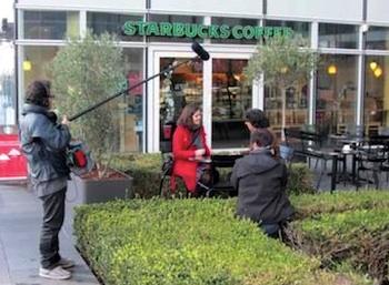 Mathilde Dupré et le journaliste Franck Bouaziz pendant le tournage