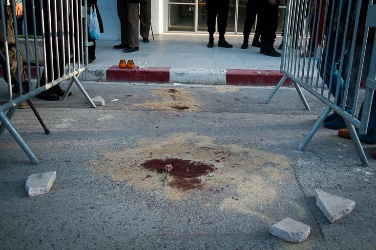 Une tache de sang devant le musée du Bardo, jeudi 19 mars.