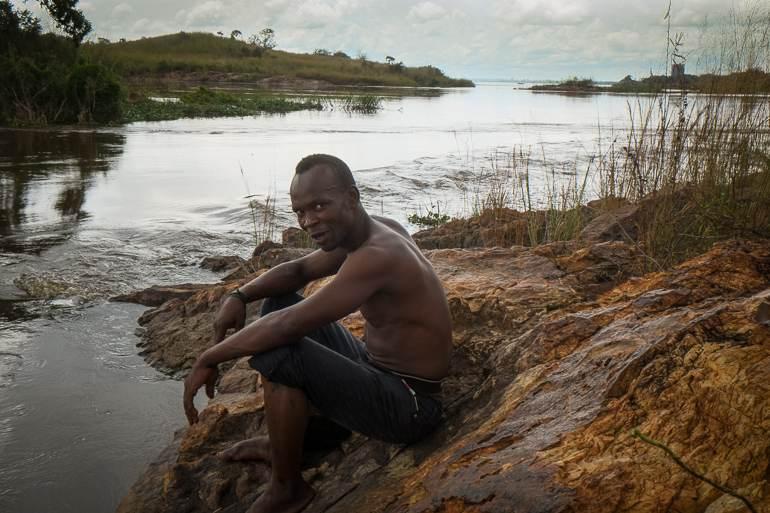 Un pêcheur centrafricain sur le fleuve Oubangui. Dans son dos, la RDC.