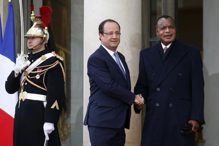 Hollande reçoit Sassou-Nguesso à l'Elysée en décembre 2013.