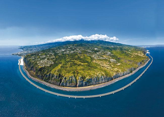 """Le tronçon """"viaduc"""" de la future route du littoral, à 100 mètres du rivage réunionnais"""