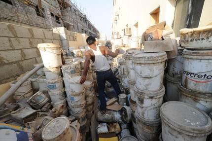 Des déchets de chantier stockés à côté de la cuisine et des chambres des travailleurs