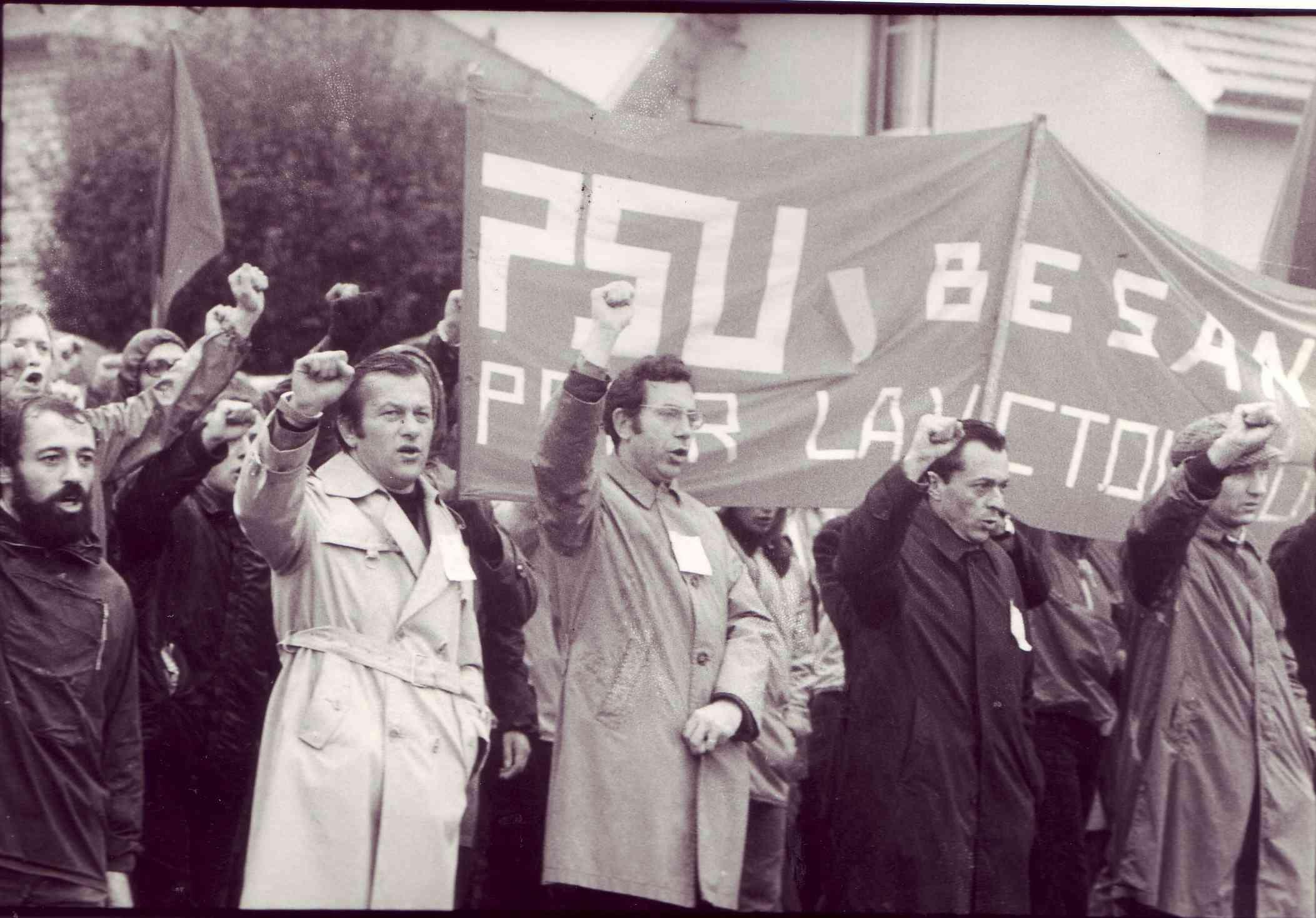 Michel Rocard et mon père en casquette, à droite, levant le poing pour LIP en septembre 1973.