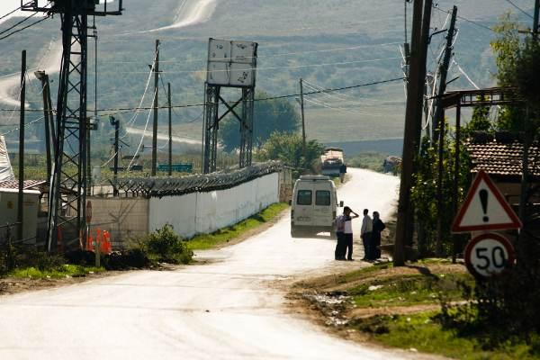 Boşin. Le camp de réfugiés entouré de barbelés. La route mène au sommet de la colline où se trouve le poste frontière.