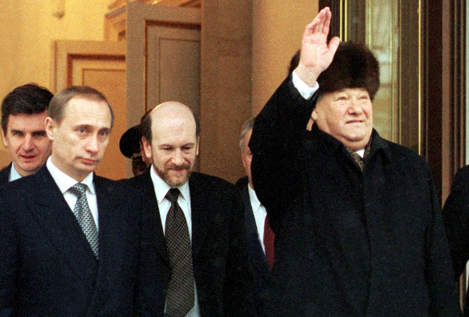 Le 31 décembre 1999, Boris Eltsine démissionne et confie l'intérim à la tête de l'Etat au premier ministre, Vladimir Poutine.