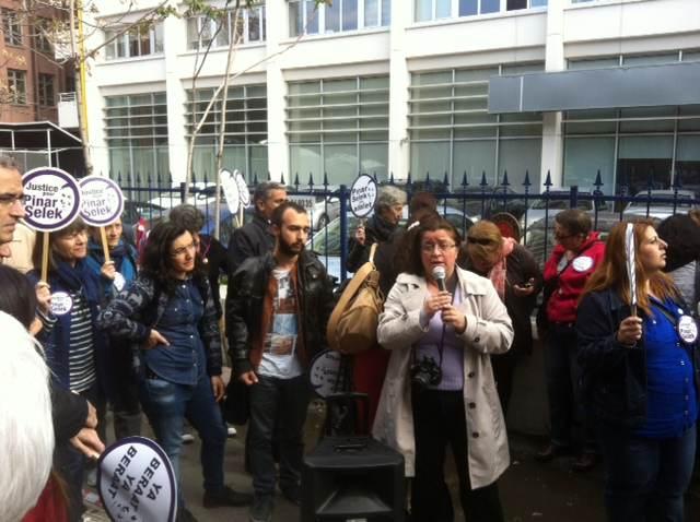 Yasemin Oz au micro, membre du collectif de solidarité à Istanbul