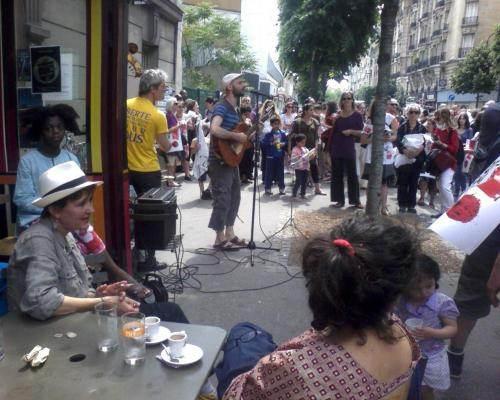 Pause pour écouter «La chanson du Méliès», lors de la manifestation du 8 juin 2013 à Montreuil (DR)
