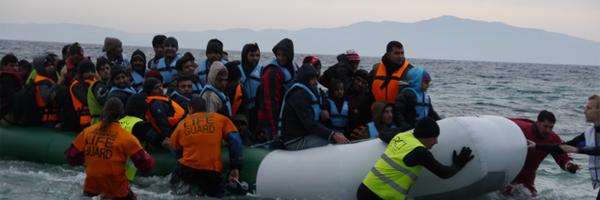 Arrivée d'une embarcation au petit matin sur la côte est de Lesbos. © Amélie Poinssot»
